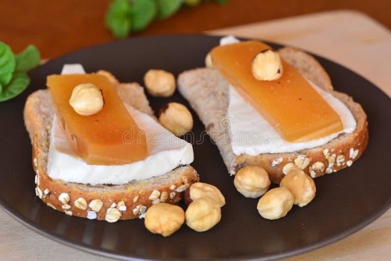 Kvitten och ny vit ost på brödrostat bröd arkivbild
