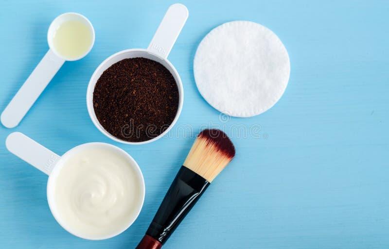 Kwaśnej śmietanki grecki jogurt, zmielona kawa i oliwa z oliwek w, małe miarki Składniki dla przygotowywać diy maski, pętaczki, m obraz royalty free