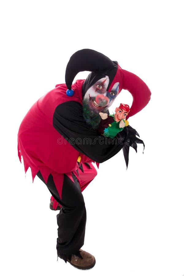 Kwade clown die een stempel, op wit, concept Halloween houden stock foto
