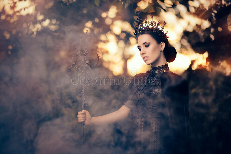 Kwade Koningin Holding Scepter in Misty Forest stock foto