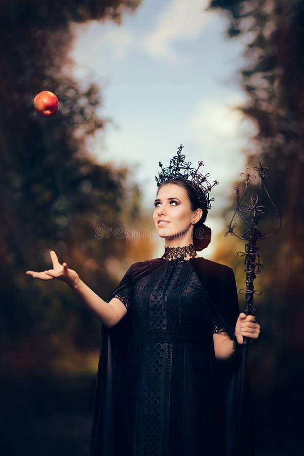 Kwade Koningin met Vergiftigd Apple in Fantasieportret royalty-vrije stock afbeeldingen