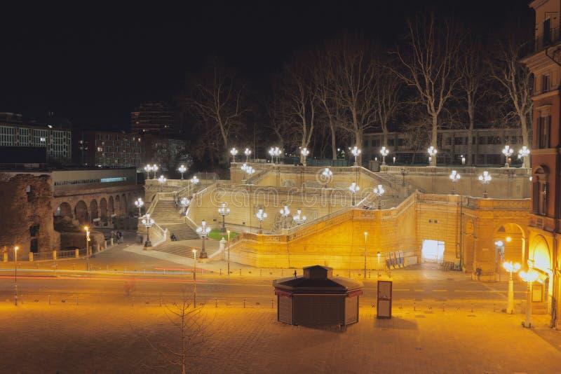 Kwadrata XX Wrzesień i Pinchio drabina przy nocą Bologna, emilia, Włochy zdjęcie royalty free