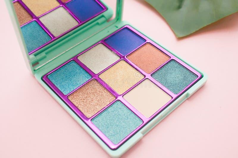 Kwadratowa paleta błękit i naga postać ocienia na różowym tle zdjęcie stock