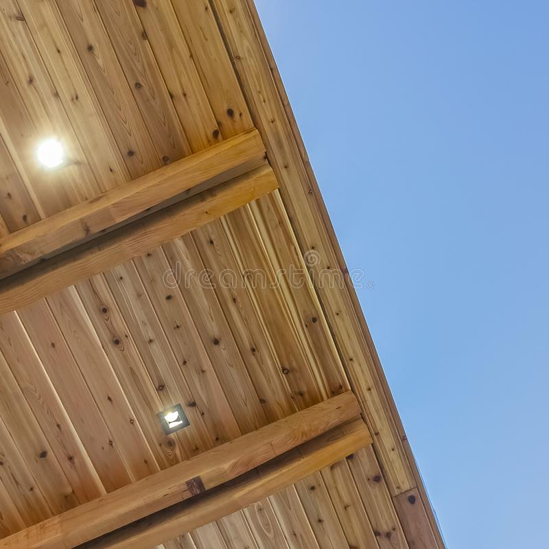Kwadratowa rama spód płaski dach budynek z niebieskim niebem w tle fotografia royalty free