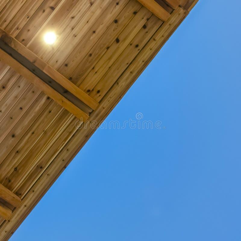 Kwadratowa rama Zamknięta w górę widoku spód płaski dach z niebieskim niebem w tle obrazy royalty free