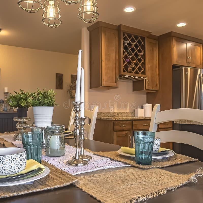 Kwadratowi Biali krzesła wokoło brązu łomota stół z konopie stołu placemats i biegaczami obraz stock