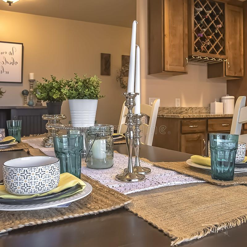 Kwadratowi Biali krzesła wokoło brązu łomota stół z konopie stołu placemats i biegaczami zdjęcie royalty free