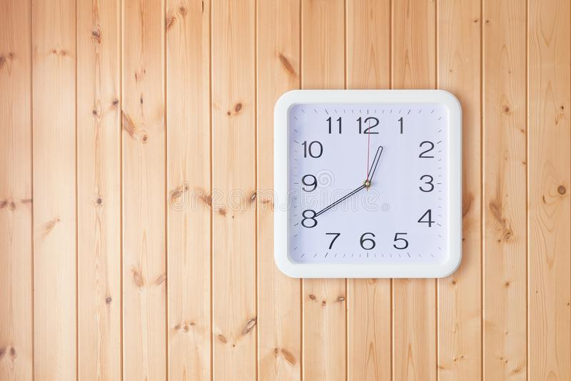 Kwadratowy bielu zegar na drewnianej ścianie fotografia stock