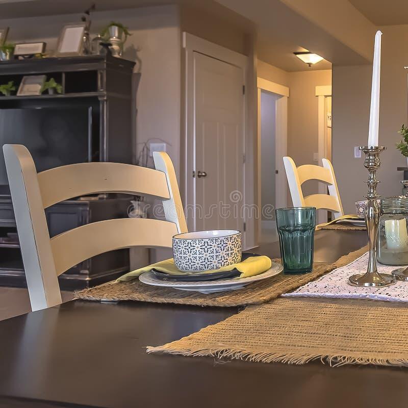 Kwadratowy ramowego stołu położenie dekorujący z świeczek rośliien konopie stołu placemats i biegaczami obrazy stock