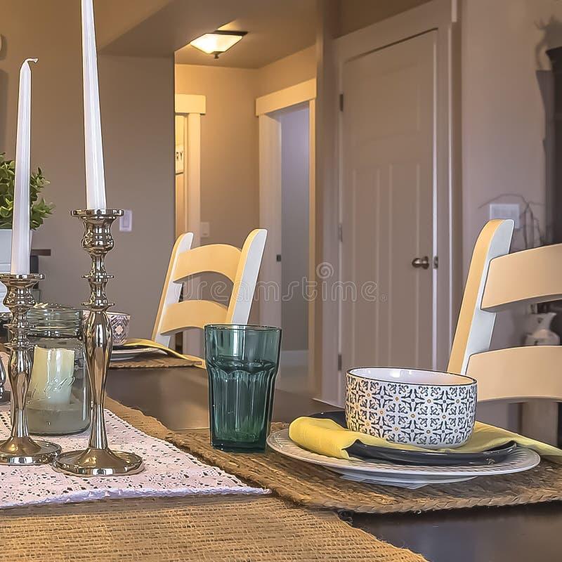Kwadratowy ramowego stołu położenie dekorujący z świeczek rośliien konopie stołu placemats i biegaczami fotografia royalty free