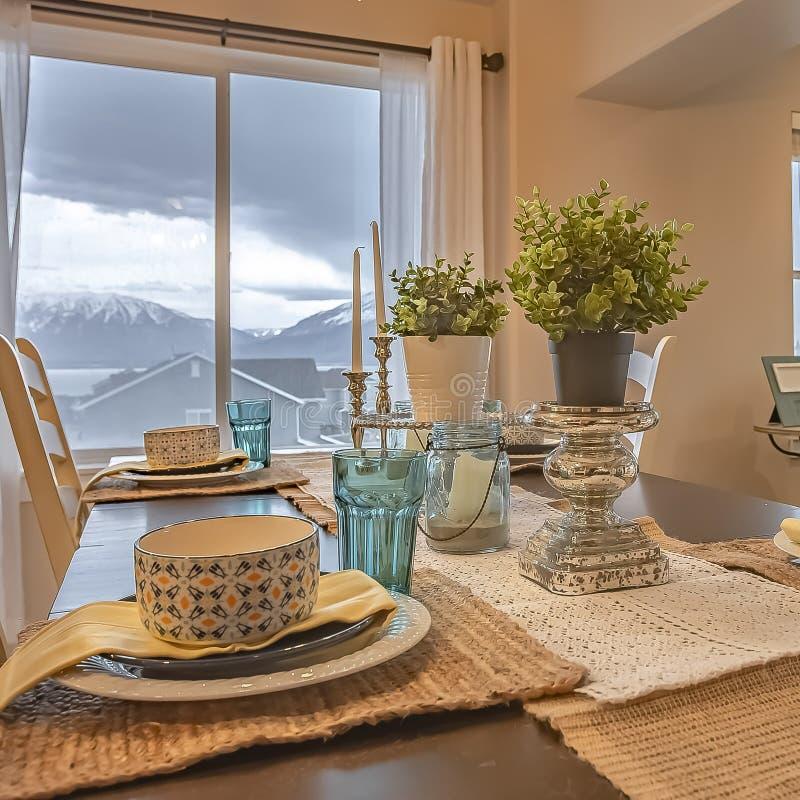 Kwadratowy ramowy Uroczy łomota położenie z konopie stołu biegaczem i placemats na drewnianym stole zdjęcie royalty free