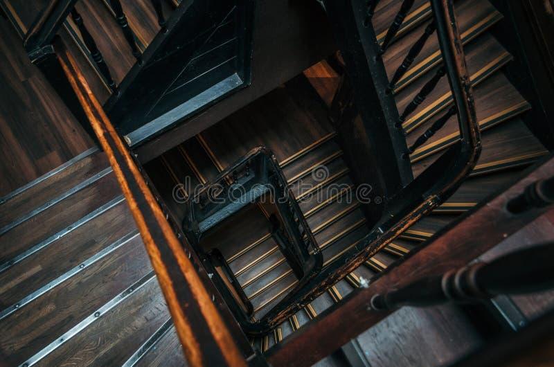 Kwadratowy schody w starym budynku obrazy stock