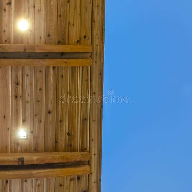 Kwadratowy zakończenie w górę widoku spód płaski dach z niebieskim niebem w tle obraz stock