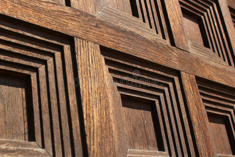 Kwadraty deseniują na starym drewnianym drzwi, zbliżenie wizerunek fotografia stock