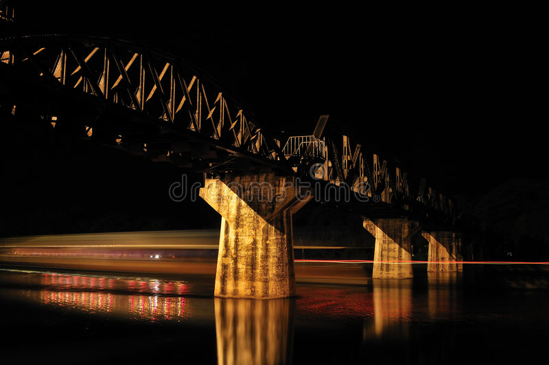 kwai γεφυρών πέρα από τον ποταμό στοκ εικόνα με δικαίωμα ελεύθερης χρήσης