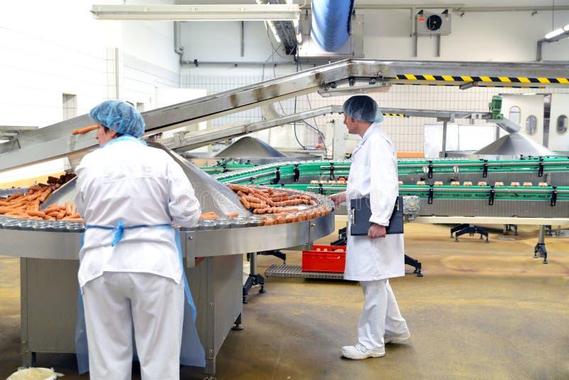 Kwaliteitscontrole in een plantaardige productie van de vleesverwerking van sausa royalty-vrije stock foto's