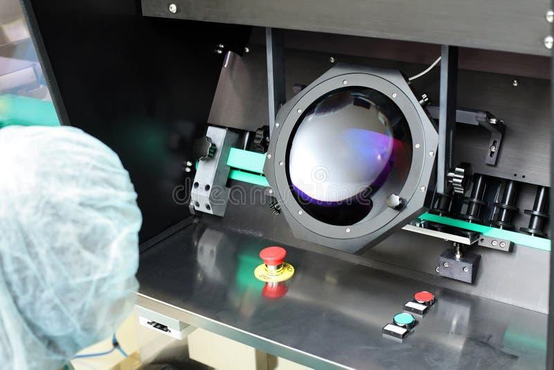 Kwaliteitscontroleflesjes voor injectie Het individu controleert flesje unde stock fotografie