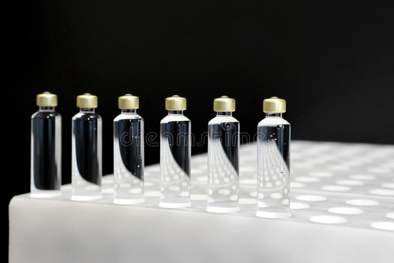 Kwaliteitscontroleflesjes voor injectie Het individu controleert flesje unde royalty-vrije stock foto's