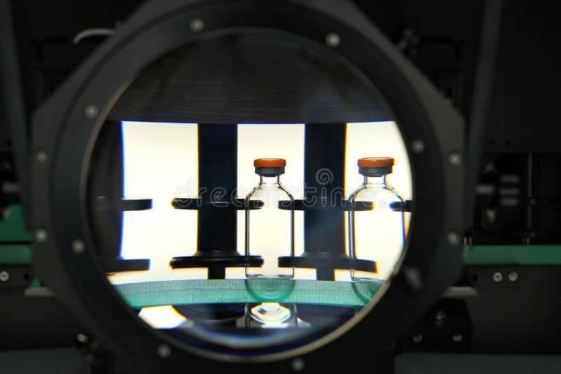 Kwaliteitscontroleflesjes voor injectie Het individu controleert flesje unde stock afbeeldingen