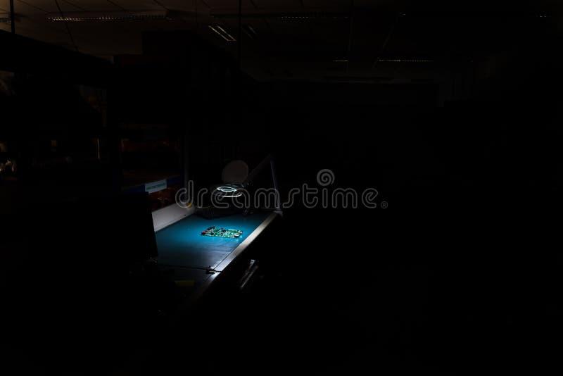 Kwaliteitscontrolepost in een elektronika productiefabriek royalty-vrije stock foto's