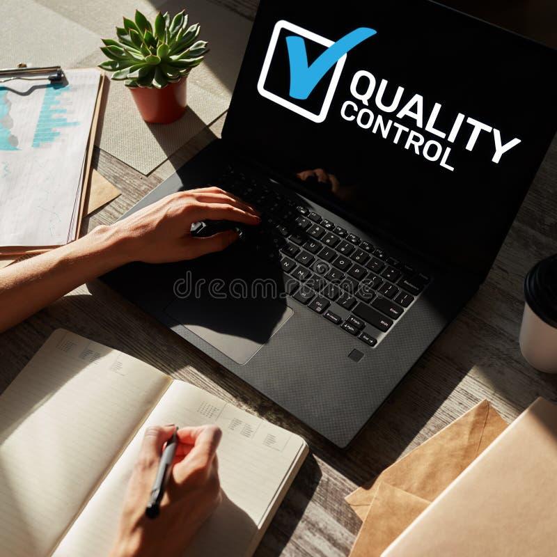 Kwaliteitscontroleselectievakje op het apparatenscherm Normen en certificatie, verzekering, waarborg Bedrijfs concept stock afbeeldingen