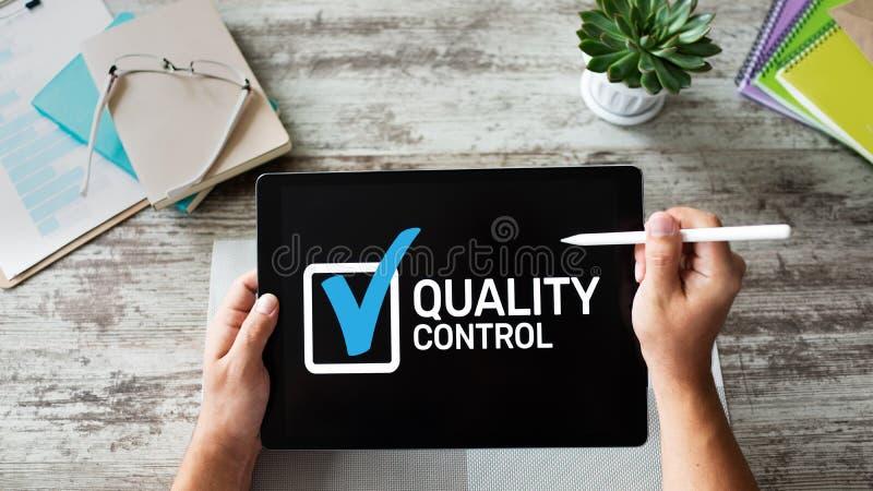 Kwaliteitscontroleselectievakje op het apparatenscherm Normen en certificatie, verzekering, waarborg Bedrijfs concept stock foto