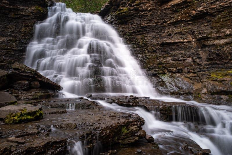 Kwaliteitswaterval dichtbij Tuimelschakelaar Ridge, Brits Colombia, Canada, lange blootstelling om het water glad te strijken stock fotografie