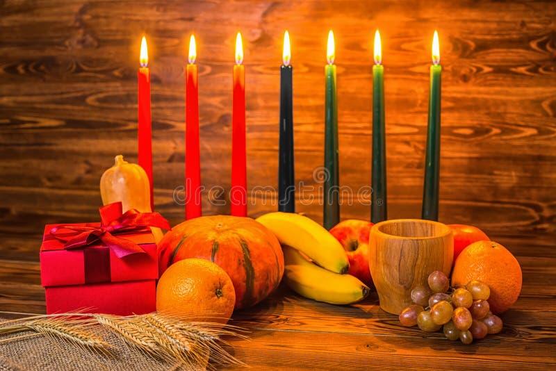 Kwanzaa feriebegrepp med traditionella tända stearinljus, gåvaask, arkivfoto