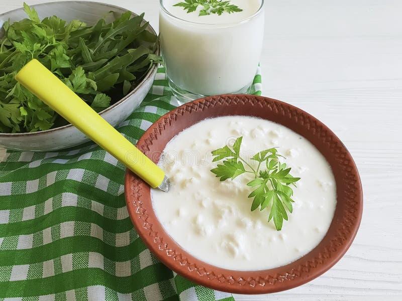 Kwark, van de het landbouwbedrijf zure organische eigengemaakte peterselie van de yoghurt verse melkachtige snack rustieke greens royalty-vrije stock foto's