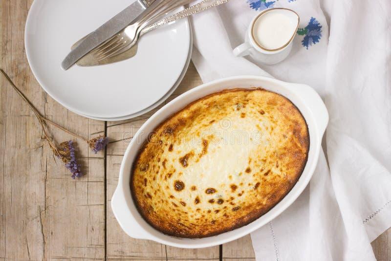 Kwarkbraadpan met rozijnen, met room worden gediend, een gezonde ontbijt Rustieke stijl die stock afbeeldingen