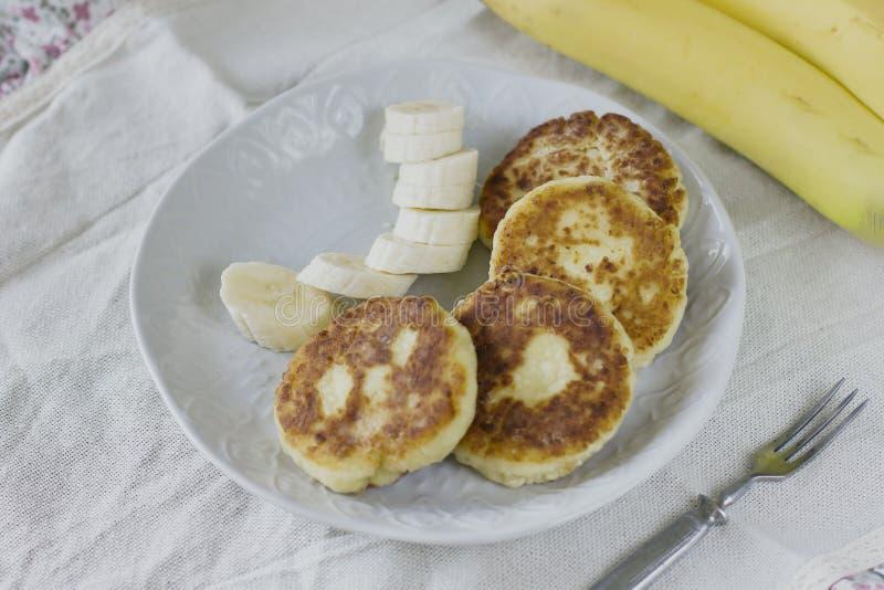 Kwarkpannekoeken met banaanplakken Gezond Ontbijt stock foto's