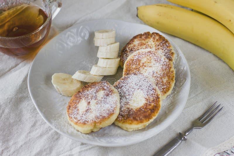 Kwarkpannekoeken met banaanplakken Gezond Ontbijt stock afbeelding
