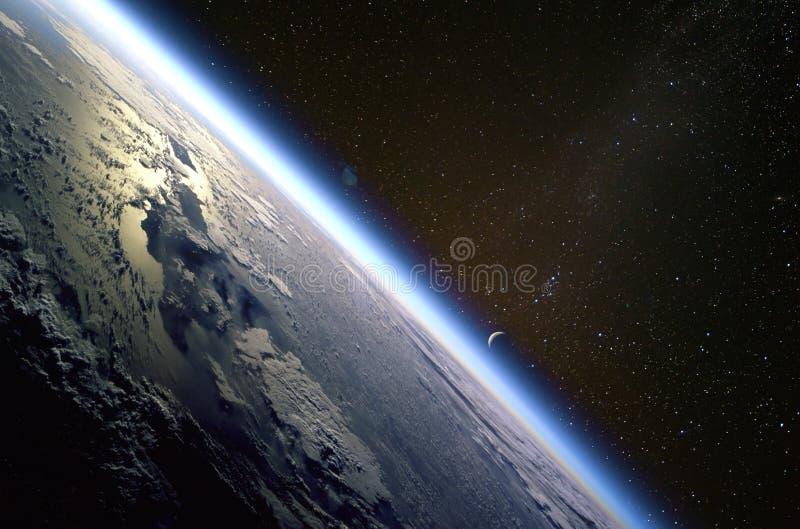 Kwart toenemende maan en de dunne lijn van de atmosfeer van de Aarde over het Eiland Hispaniola stock fotografie