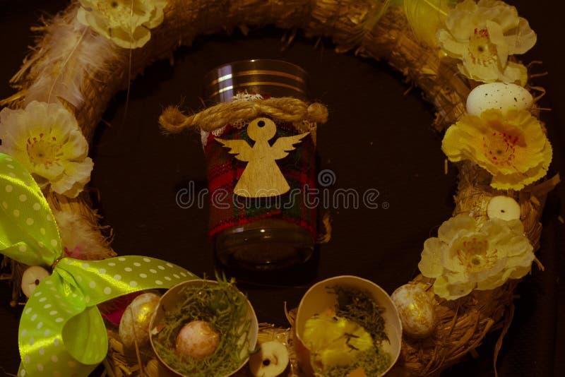 Kwartels egg Bloemen Pasen christelijke vakantie Engel in het centrum van de kroon stock afbeeldingen