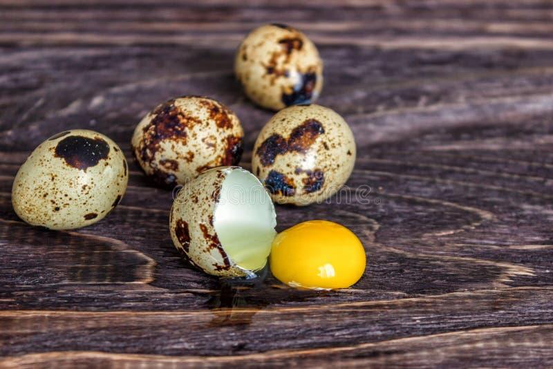Kwartelseieren op een houten achtergrond, eierdooier, symbool van het Pasen-seizoen Het gezonde Eten stock afbeelding
