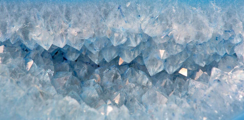 Kwartskristallen in blauw agaat royalty-vrije stock afbeelding