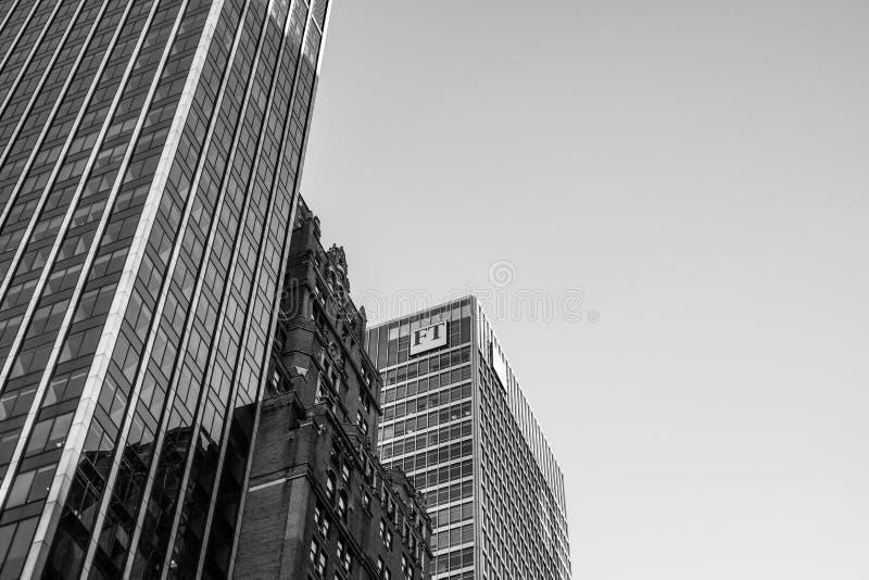 Kwatery główne słynna, dzienna pieniężna gazeta pokazuje loga przy wierzchołkiem budynek, obraz stock