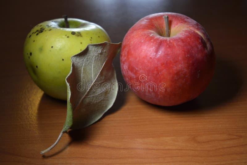 Kweepeer en appel royalty-vrije stock afbeelding