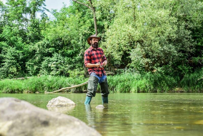 Kweken van visvisteelt die vissen commercieel fokken De lagunevijver van het riviermeer Forellandbouwbedrijf Vissers alleen tribu royalty-vrije stock foto's
