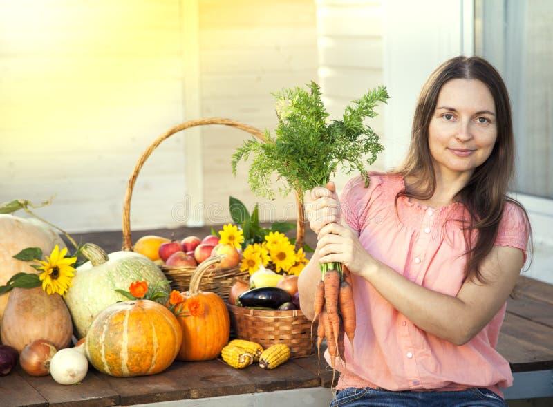 Kweker rijke oogst van groenten, van de de vrouwentuinman van Nice reusachtige harv stock afbeeldingen