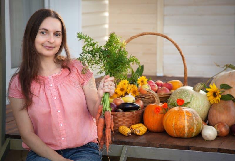 Kweker rijke oogst van groenten, van de het meisjestuinman van Nice reusachtige harve stock fotografie