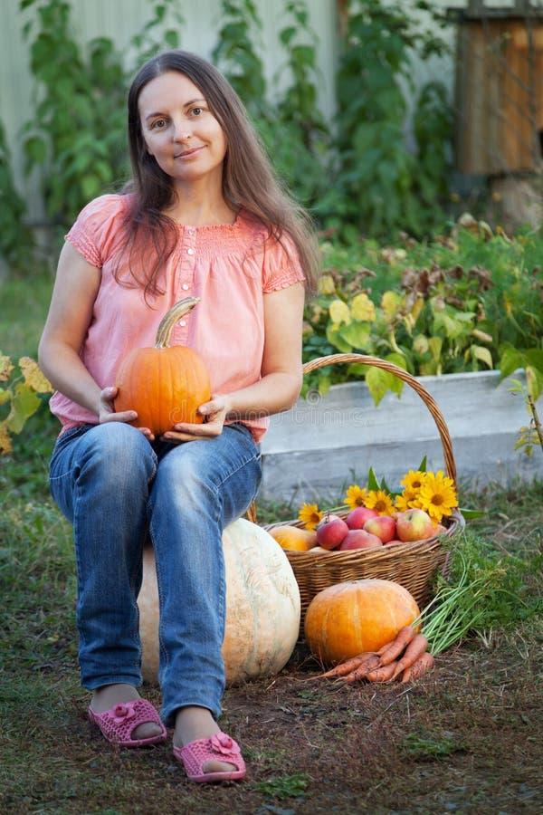 Kweker rijke oogst van groenten, van de het meisjestuinman van Nice reusachtige harve stock afbeelding