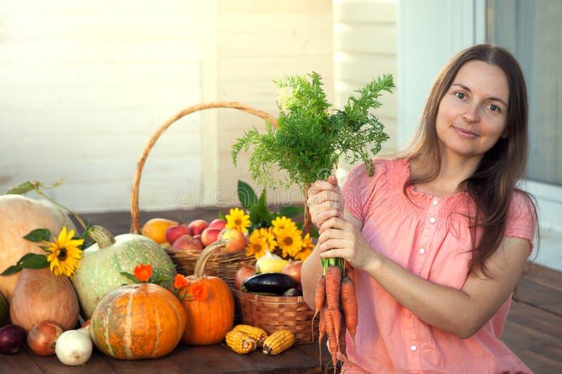 Kweker rijke oogst van groenten, van de het meisjestuinman van Nice reusachtige harve royalty-vrije stock afbeeldingen