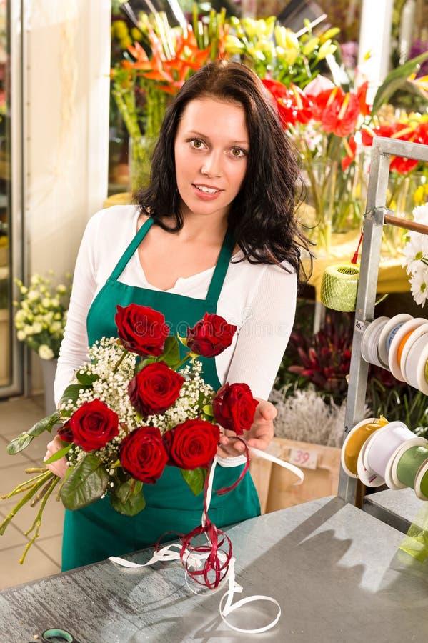 Kwiaciarni kobiety ułożenia kwiatów róż sklepowy działanie obraz stock