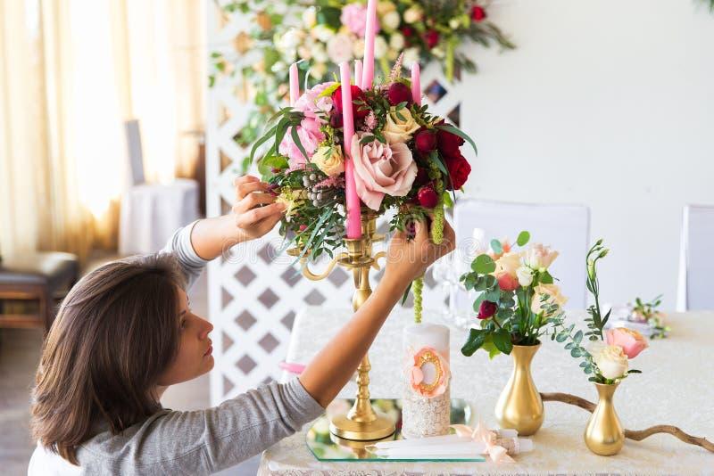 Kwiaciarnia przy pracą Kobieta robi wiośnie kwiecistym dekoracjom wedd obraz royalty free