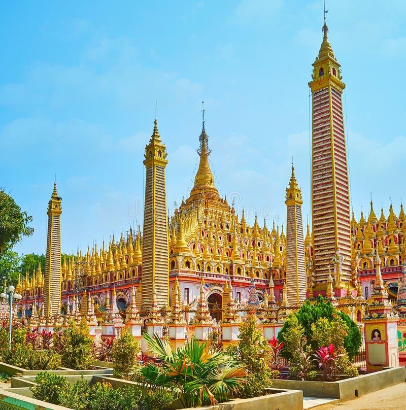 Kwiatów łóżka przy Thanboddhay pagodą, Monywa, Myanmar obraz royalty free