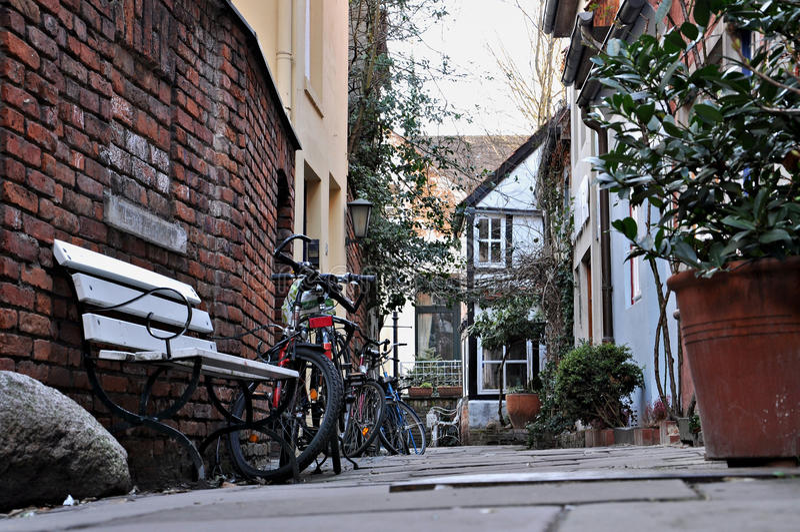 Kwiatów bicykle w wąskich ulicach stary miasteczko i garnki zdjęcia royalty free