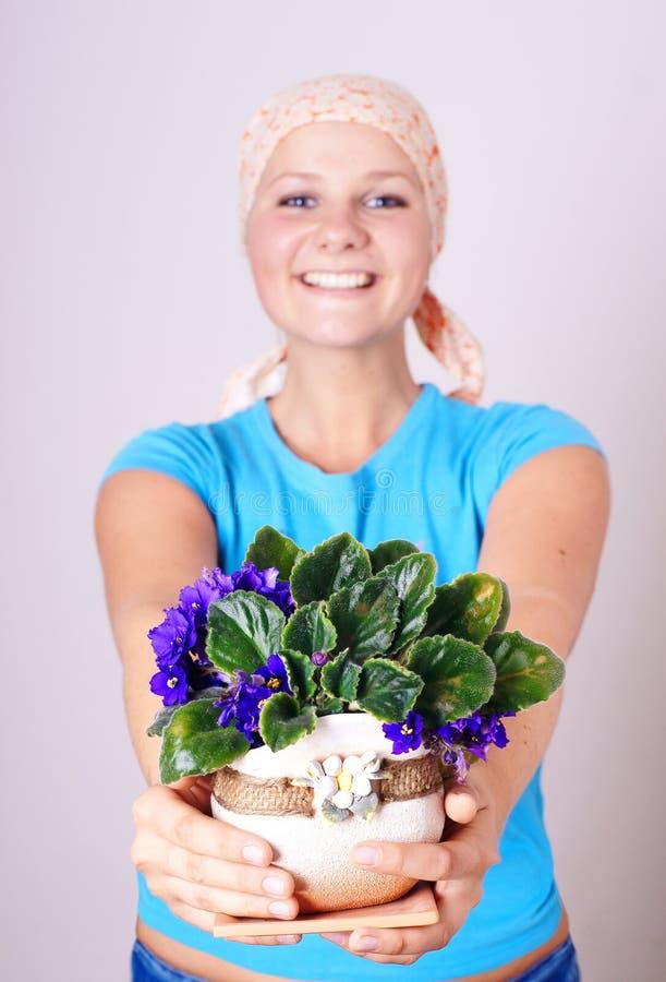 kwiatów dziewczyny naprawa fotografia royalty free