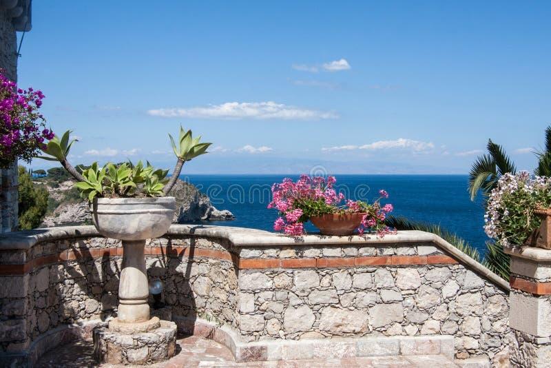 Kwiatów garnki na ścianie przy willi patiem w Taormina, Sicily, Włochy obrazy stock