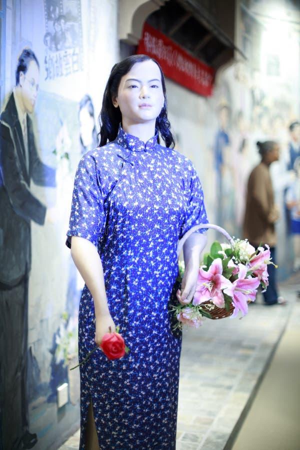 Kwiat dziewczyna jest ubranym cheongsam zdjęcie royalty free